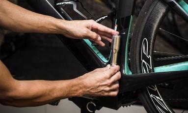 Na foto, o ciclista e especialista em bikes Ed Knupp simula como é feito o doping mecânico com um motor embutido na bicicleta Foto: Guito Moreto / Agência O Globo