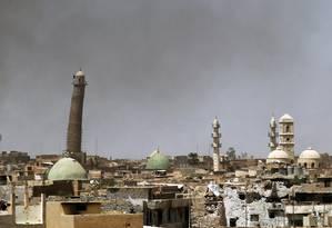 Foto de maio de 2016 mostra a mesquita de al-Nuri ainda de pé. Templo foi um dos afetados pela destruição perpetrada pelo grupo jihadista Estado Islâmico Foto: AHMAD AL-RUBAYE / AFP