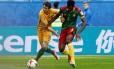 Anguissa encara a marcação da Austrália: Camarões cedeu empate Foto: GRIGORY DUKOR / REUTERS