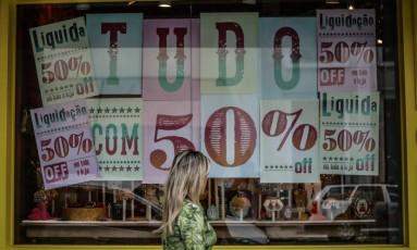 Vitrine com cartazes de promoção. Foto Marcos Alves / Agência O Globo.