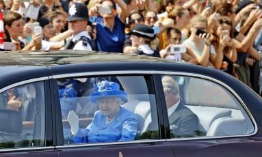 Junto ao filho e sucessor no trono, Charles, Elizabeth vai ao Parlamento (sem cinto de segurança) Foto: Frank Augstein / AP