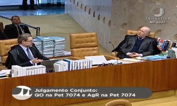 A cadeira vazia de Gilmar Mendes: ministro demorou a voltar ao plenário após o intervalo Foto: Reprodução