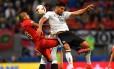 O chileno Vidal e o alemão Can disputam a bola em Kazan Foto: YURI CORTEZ / AFP