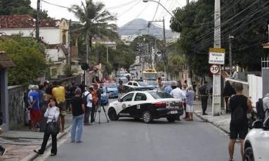 Policiais civis isolam a área onde ocorreu o crime Foto: Fábio Guimarães / Agência O Globo