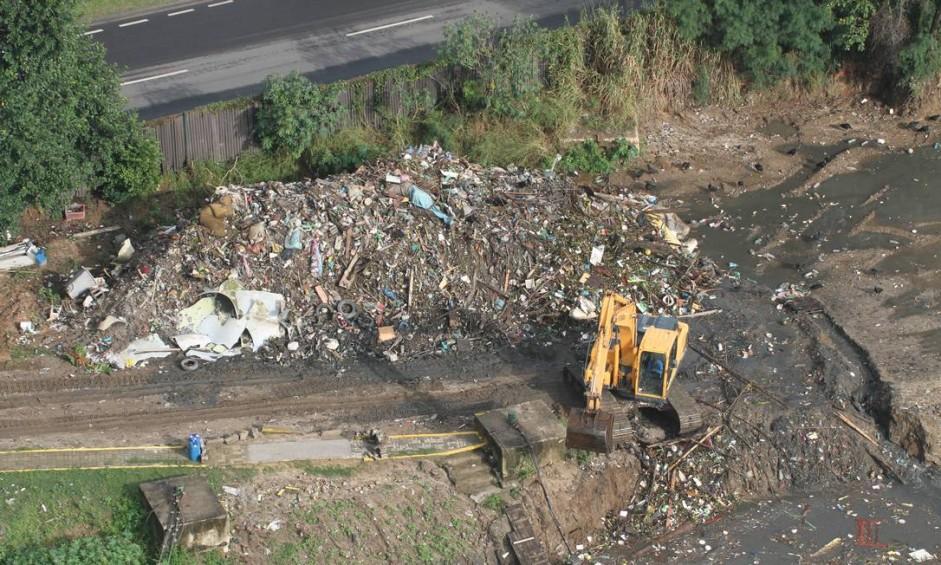 Lixo acumulado é retirado do rio Arroio Fundo, na Barra da Tijuca, é levado para a unidade de tratamento de mesmo nome Foto: Reprodução / Mario Moscatelli