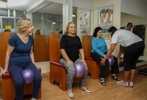 As alunas desenvolvem atividades da Academia Vidafit Brasil sentadas na cadeira Foto: Agência O Globo / Analice Paron