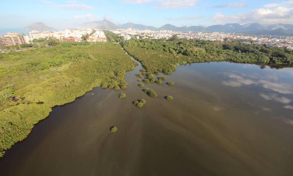 Esgoto escoado diretamente no Canal das Taxas leva contaminação à Lagoa de Marapendi Foto: Reprodução / Mario Moscatelli
