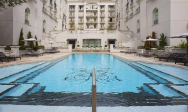 Hotel. Uma das piscinas e, ao lado, o Parque Lounge & Terracebar do Tangará, com diárias de R$ 1.500 a R$ 38 mil Foto: Fotos de Edilson Dantas