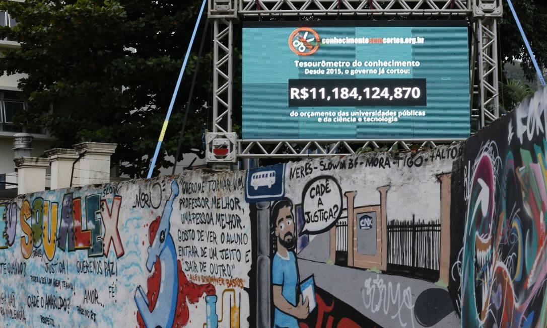 O 'tesourômetro' instalado no campus da UFRJ na Zona Sul do Rio: em dois anos, investimento público em ciência e tecnologia recuou em mais de R$ 11 ,1 bilhões Foto: Pablo Jacob
