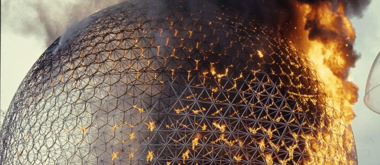"Detalhe da obra ""La biosphère en feu"", cúpula geodésica do americano Richard Buckminster Fuller Foto: Archives de la Ville de Montréal / Divulgação"