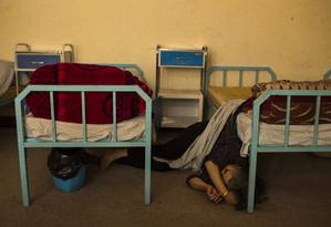 Mulher dorme em chão de centro de reabilitação em Cabul Foto: Andrew Quilty/The Washington Post