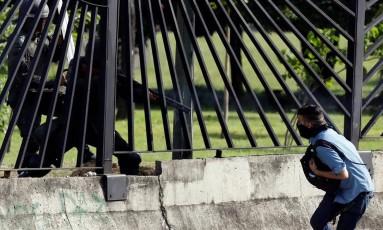 Soldados atiram em jovem do lado de fora de base Foto: Carlos Garcia Rawlins / Reuters