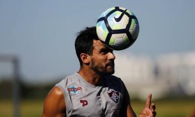 Henrique Dourado cabeceia a bola no treino no CT da Barra Foto: Nelson Perez