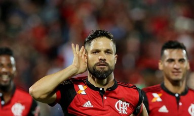Entre Rodinei e Trauco, Diego comemora o golaço que marcou no início do jogo Foto: Marcelo Theobald