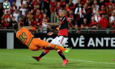Guerrero venceu Andrei para marcar o segundo do Fla Foto: Marcelo Theobald