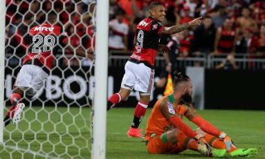 Guerrero festeja seu primeiro gol no jogo Foto: Marcelo Theobald / Agência O Globo