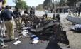 Policiais examinam local da explosão em Quetta, no Paquistão Foto: Arshad Butt / AP