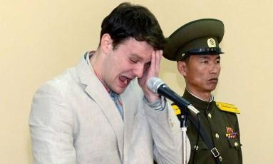 O estudante americano Otto Warmbier chora durante seu julgamento na Suprema Corte norte-coreana em Pyongyang Foto: KCNA / AFP