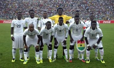 Samuel Inkoom, o primeiro em pé da direita para a esquerda, em jogo pelas eliminatórias da Copa de 2014: jogador de Gana foi banido por um ano Foto: AFP