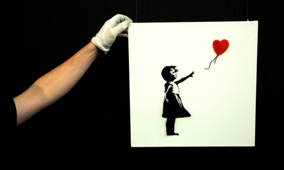 'Menina com balão vermelho' foi vista pela primeira vez em Londres, em 2002. Ela é uma das obras mais icônicas do artista. Recentemente, ela ganhou uma nova versão para marcar o terceiro ano de conflito na Síria Foto: Luke MacGregor / REUTERS
