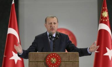 """Críticos do governo acusam o presidente Recep Tayyip Erdoğan de crescente """"islamização"""" Foto: AP"""