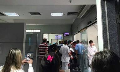 Foto mostra carro na recepção do hospital Foto: WhatsApp