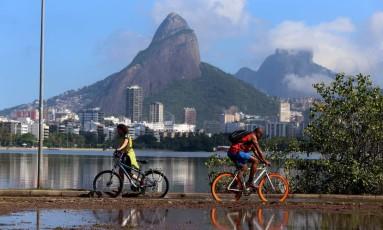 Ciclistas na Lagoa Rodrigo de Freitas, que ainda tinha bolsões d'água nesta quinta-feira Foto: Fabiano Rocha em 22/06/2017 / Agência O Globo