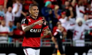 Guerrero comemora um dos gols marcados na vitória por 5 a 1 sobre a Chapecoense Foto: Marcelo Theobald / Agência O Globo