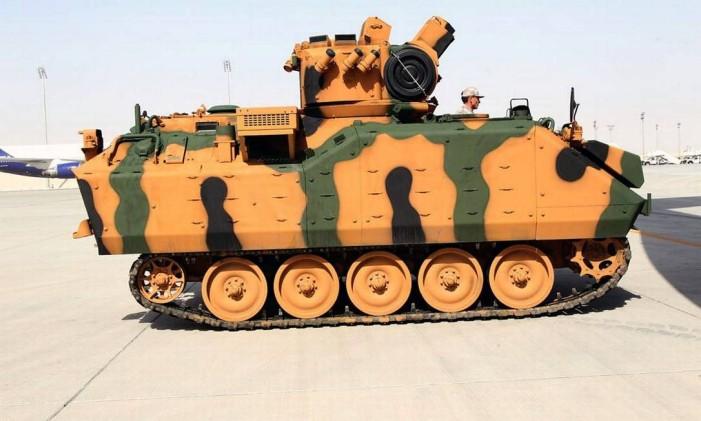 Um veículo blindado é visto na base militar turca em Doha, no Qatar Foto: HANDOUT / REUTRES