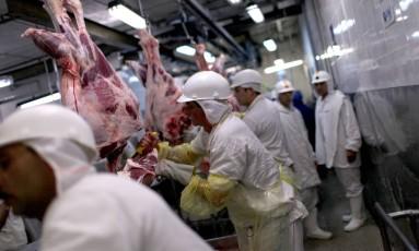 Linha de produção da Minerva em Barretos. Scott Eells/Bloomberg