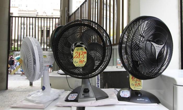 Ventiladores à venda Foto: Paulo Nicolella / Agência O Globo