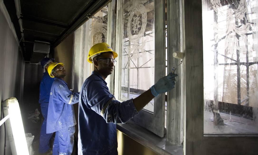 Operários trabalham na fachada do prédio da Biblioteca Nacional Foto: Monica Imbuzeiro / Agência O Globo