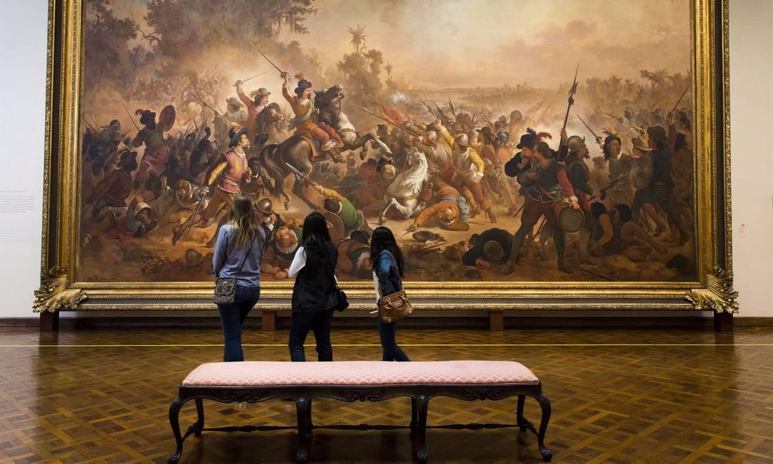 Dentro do prédio obras de arte são apreciadas por visitantes Monica Imbuzeiro / Agência O Globo
