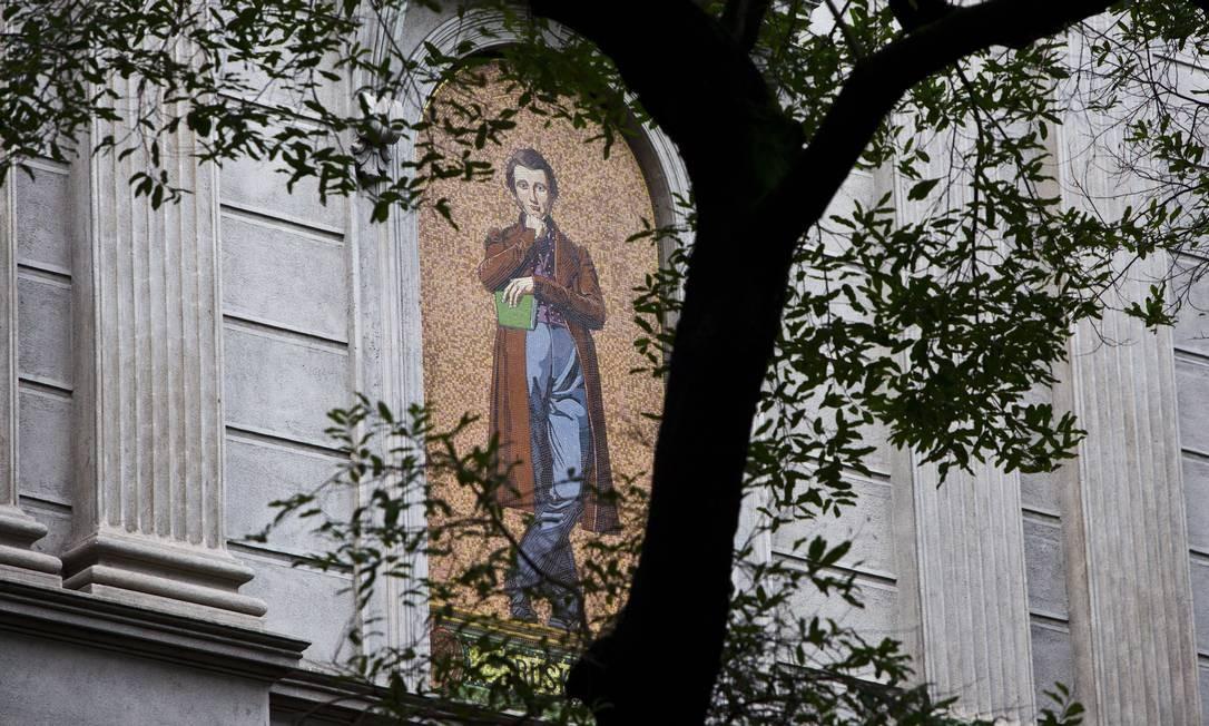 Mas as paredes para a Avenida Rio Branco parecem gritar por uma reforma urgente Foto: Monica Imbuzeiro / Agência O Globo