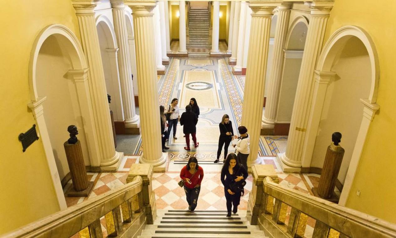 Escadarias dentro do Museu de Belas Artes, no Centro do Rio Foto: Monica Imbuzeiro / Agência O Globo