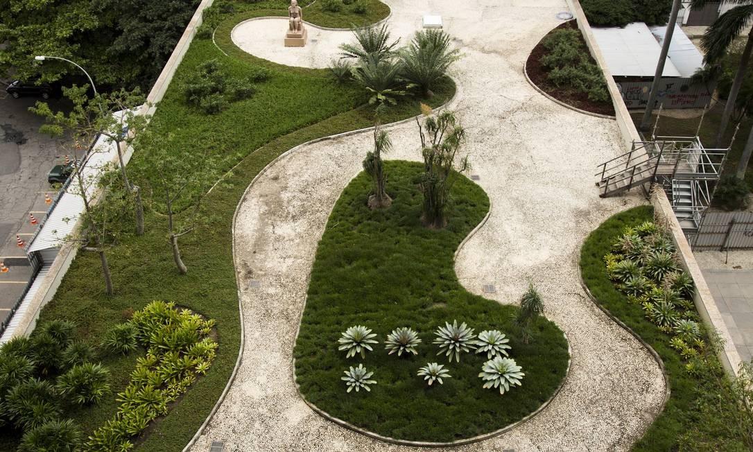 Jardins do Palácio Capanema, no Centro do Rio Foto: Monica Imbuzeiro / Agência O Globo