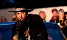 O ator Johnny Depp posa em um Cadillac antes de apresentar seu filme The Libertine, no festival de Glastonbury, na Inglaterra Foto: DYLAN MARTINEZ / REUTERS