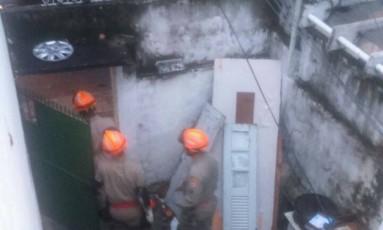 Bombeiros foram retirar pedaço de telhado que caiu em Botafogo Foto: Foto de leitor