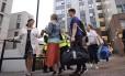 Moradores de cinco prédios começam a sair de seus apartamentos para obras emergenciais Foto: Stefan Rousseau / AP