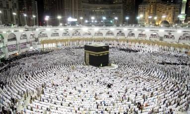 A Kaaba (ao centro) é o símbolo mais sagrado do Islã Foto: BANDAR ALDANDANI / AFP