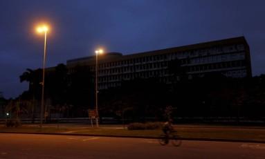 UFRJ já teve luz cortada em dezembro de 2016 Foto: Domingos Peixoto / Agência O Globo
