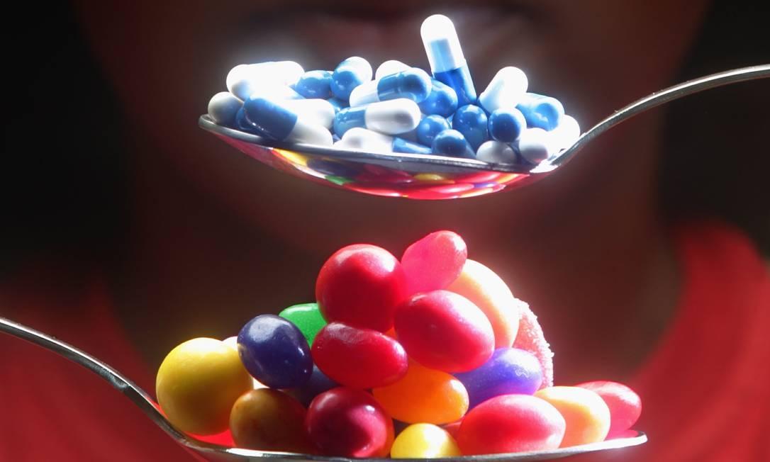 Colheres com comprimidos de sibutramina e doces: uso da substância no país foi proibido em 2011 e agora está definitivamente liberado Foto: Fábio Seixo