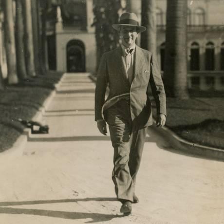 Oswaldo Aranha caminha nos jardins do Palácio do Itamaraty em 1938 Foto: Divulgação