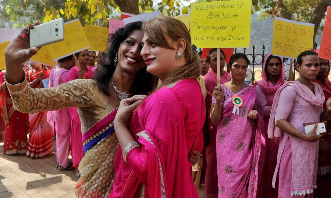 Transgêneros em manifestação promovida em Mumbai, Índia, em janeiro deste ano: decisão da Suprema Corte abriu caminho para inclusão Foto: REUTERS/Shailesh Andrade