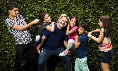 Serginho, de 50 anos, com as crianças de quem cuida desde pequenas Foto: Agência O Globo