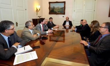 Governador Pezão em reunião com representantes do PGE, PJ e MPF Foto: Carlos Magno / Divulgação