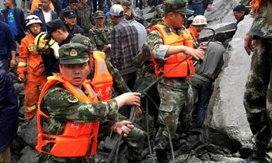 Equipes de resgate trabalham na busca por sobreviventes Foto: CHINA STRINGER NETWORK / REUTERS