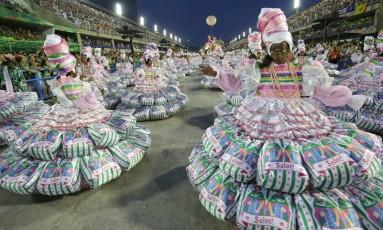 """A Estação Primeira de Mangueira apresentou o enredo """"Só com a ajuda do Santo"""" no carnaval de 2017 Foto: Arquivo / 27/02/2017 / Roberto Moreyra / Agência O Globo"""