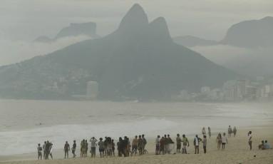 Dia nublado e com neblina no Arpoador Foto: Arquivo / 05/05/2017 / Gabriel de Paiva / Agência O Globo