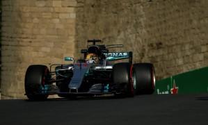Na última volta do treino classificatório, Lewis Hamilton garantiu a pole position no Grande Prêmio de Baku, no Azerbaijão Foto: DAVID MDZINARISHVILI / REUTERS